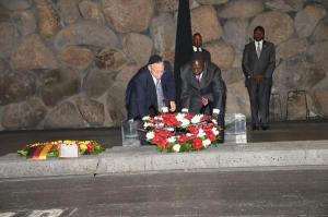 H.E William Ruto lays a wreath at the holocaust memorial.